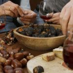 """Beim """"Törggelen"""" im Weinkeller gibt es eine präzise Abfolge der Speisen und Weine. Und zum Abschluss gebratene Kastanien mit Sußer."""